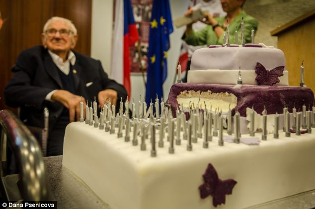 Sir Nicholas enjoyed his birthday party with a smile on his face and showed no signs of fatigue despite the never ending attention of almost one hundred well-wishers. (Credit: Daily Mail UK).- (Alistair Reign News Blog: www.AlistairReignBlog.com).