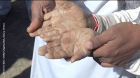 Yemen (2016). The hands of a Yemeni child. They speak of a harsh life, one that a child that size should never face today.